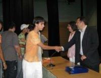 Alumnos recibiendo sus diplomas
